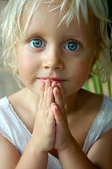nena rezando